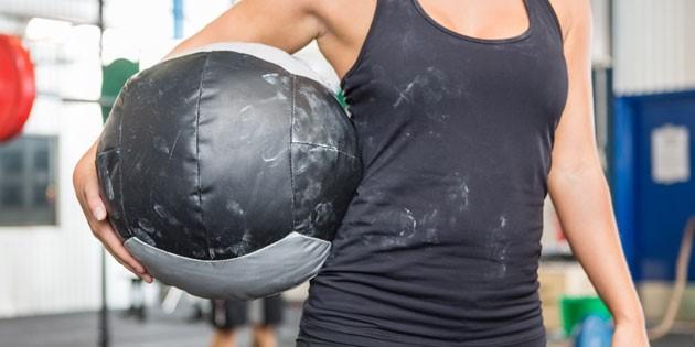4 exercices d'échauffement amusants (et en duo) avec un Medecine-Ball