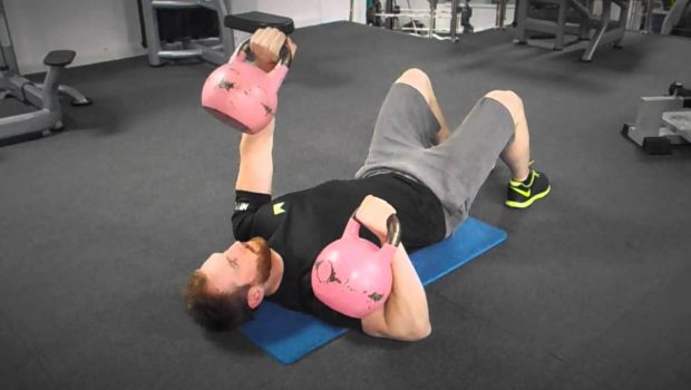 Le kettlebell bench press est l'ami des CrossFitters