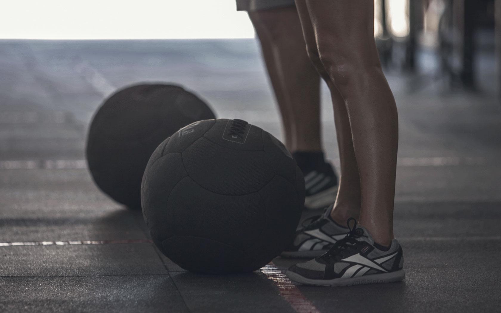 Le medball thruster : un exercice parfait avant vos squats lourds !