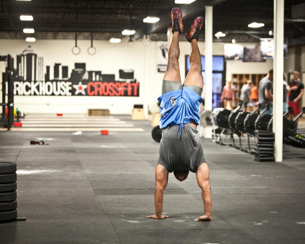 Tuto : un exercice pour mieux appréhender le handstand walk ! (vidéo)