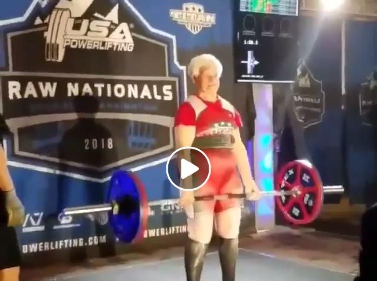 À 81 ans, elle fait un deadlift à 117.5 kg !