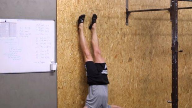Voici comment progresser en handstand push-ups… sans se blesser !